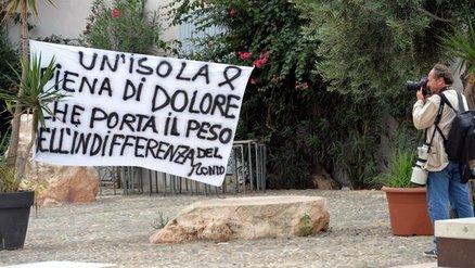 Striscioni di protesta a Lampedusa