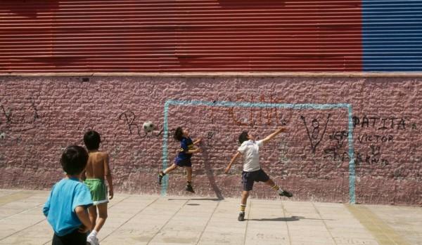 Bimbi-giocano-a-calcio-600x349