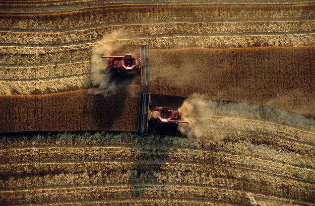 trattori-visti-dall-alto-arano-i-campi-delle-grandi-pianure