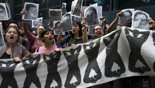 students_chant_slogans_in_front_of_the_attorney_general_office_in_mexico_city_on_wednesday_during_a_protest_over_the_43_students_missing_in_iguala._afp.jpg_1718483346