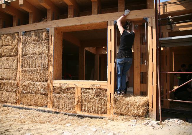 Risultati immagini per Un'abitazione fatta con balle di paglia a prova di terremoto