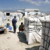 """Italie, Puglia, 2009Italie, Puglia, 2009Afrikanen uit West-Afrika die als seizoenarbeiders in de landbouw werken bij hun verblijf in Rignano, dat """"het getto"""" wordt genoemd.In de tomatenoogst in het noordelijke deel van regio Puglia, in de provincie Foggia, gelegen aan de Adriatische Zee, werken alleen immigranten. Veel illegale Afrikanen naast Roemenen en Bulgaren, vaak zigeurners uit deze Oost-Europese landen. Vooral de Afrikanen verblijven in mensonterende omstandigheden in leegstaande gebouwen op het platteland rn in plastic hutten bij die huizen, er is geen stromend water, electriciteit of toilet. In 2008 en begin 2009 kwamen er bijna dagelijks berichten van immigranten die in bootjes vanuit Libie op het Italiaanse eilandje Lampedusa aanspoelden. Waar bleven die migranten? Voor een deel verdwijnen ze in de illegaliteit en zoeken werk in het informele circuit.Onderdeel van de seire: Immigranten in Puglia (in kleur) (77x)foto Piet den Blanken / Hollandse Hoogte"""