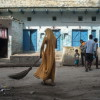 Una manual scavenger all'opera a Dura Khund, Varanasi