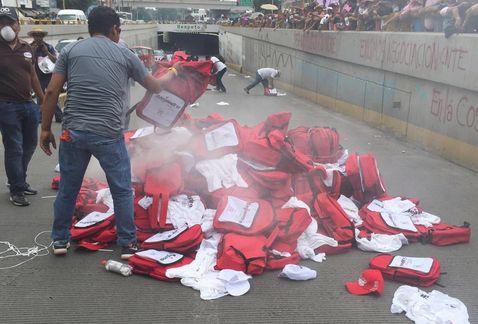 CNTE_en_Oaxaca-CNTE_quema_propaganda_electoral_MILIMA20160528_0256_8