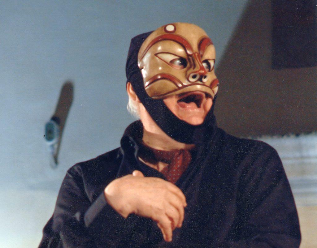 dario-fo-con-la-maschera-di-arlecchino-gatto-apertura-del-museo-internazionale-della-maschera-amleto-e-donato-sartori-abano-terme-2005