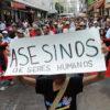 TEG05. TEGUCIGALPA (HONDURAS), 07/04/2010.- Una persona sostiene un cartel hoy, miércoles 7 de abril de 2010, durante una protesta de seguidores del ex presidente de Honduras Manuel Zelaya en una calle frente a la alcaldía de Tegucigalpa (Honduras), en demanda al alza de impuestos establecida por esa dependencia. EFE/Gustavo Amador